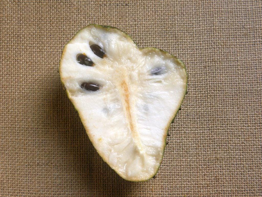 How to cut a soursop